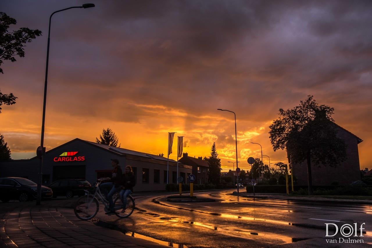 * NA DE BUI...... *     De lucht in vuur en vlam na een stevige bui. De 1ste 2 foto's gewoon hier in de straat gemaakt.....